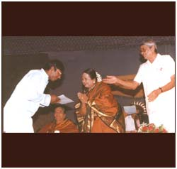 Ravikiran receiving an award at the Music Academy, from noted vocalist M L Vasantakumari, as D K Pattammal and T T Vasu look on.
